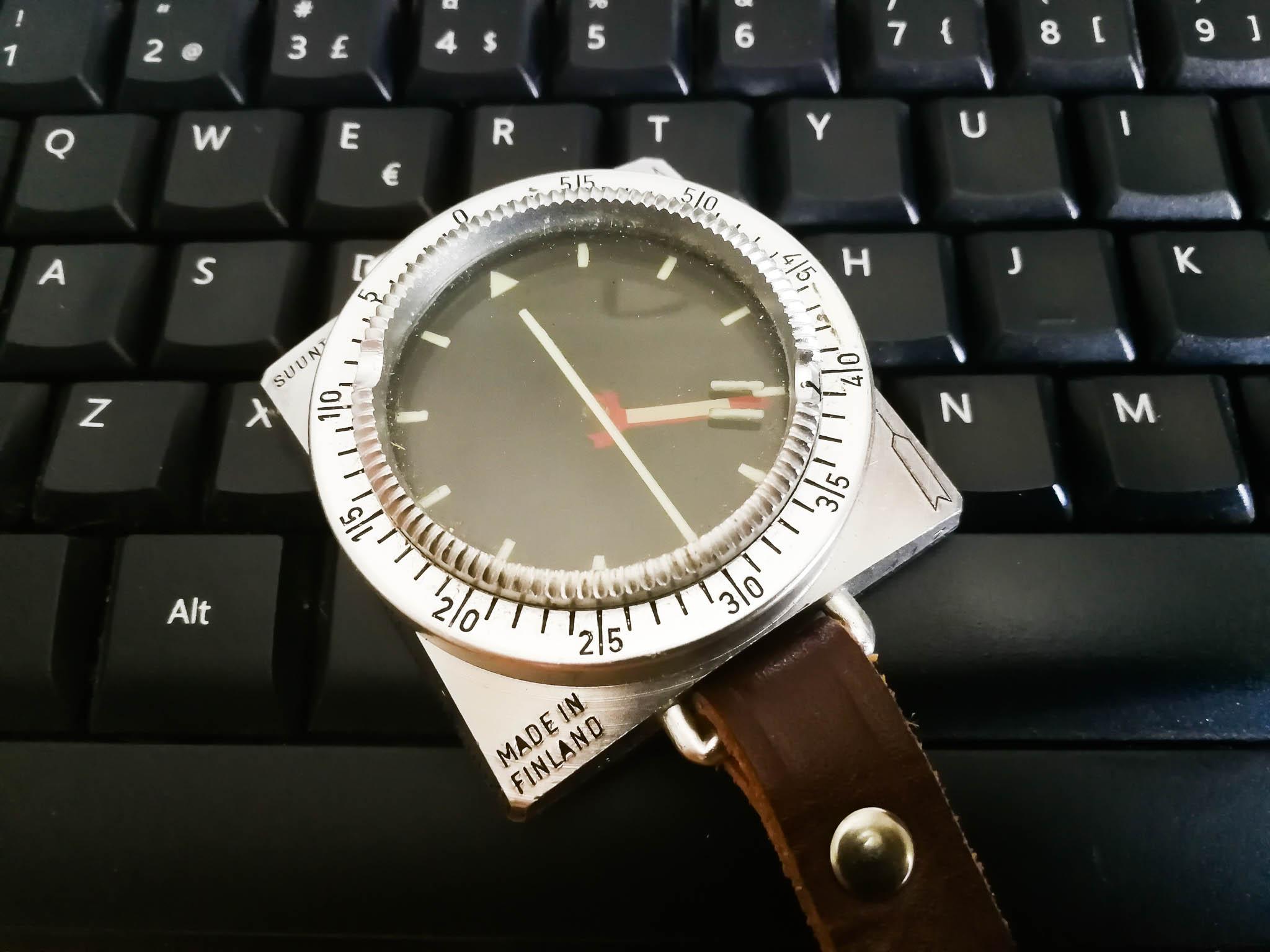 Kuvassa kompassi ja näppäimistö