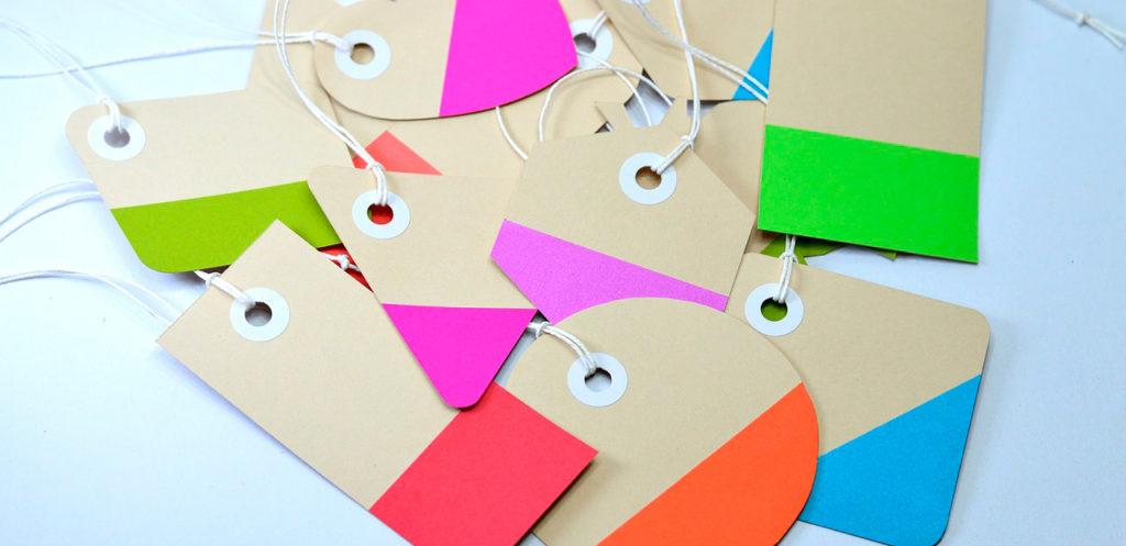 Erivärisiä tyhjiä paperikylttejä