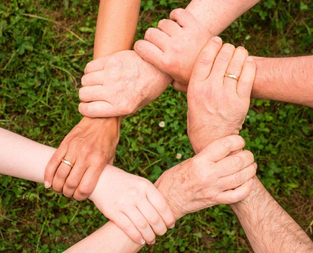 Kuuden ihmisen kädet yhdessä