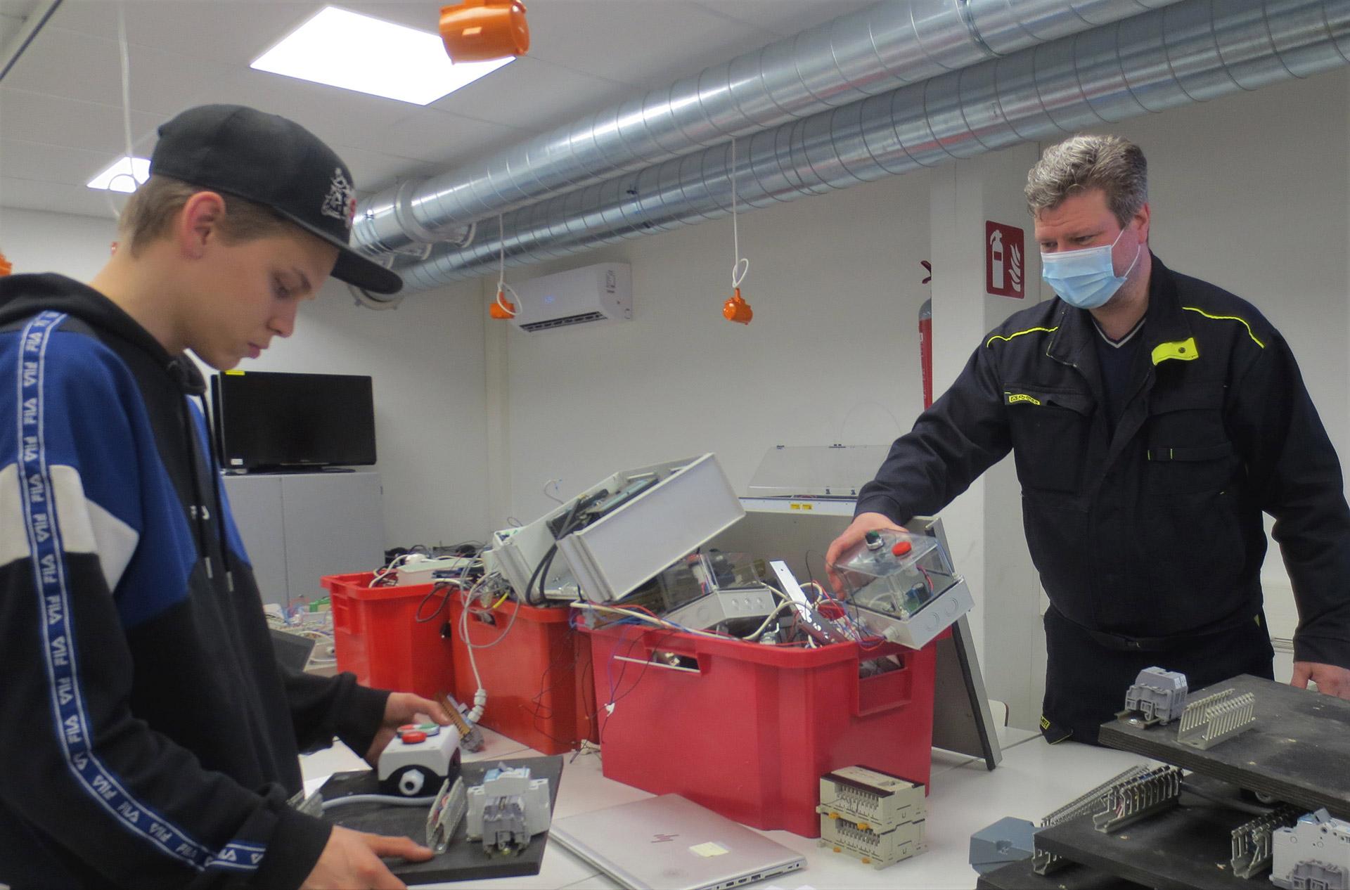 Purkaminen ja uudelleenrakentelu on sekä konetekniikan opettaja Mika Mattilan että toisen vuoden koneasentajaopiskelija Aleksi Uusitalon mielestä mukavaa.
